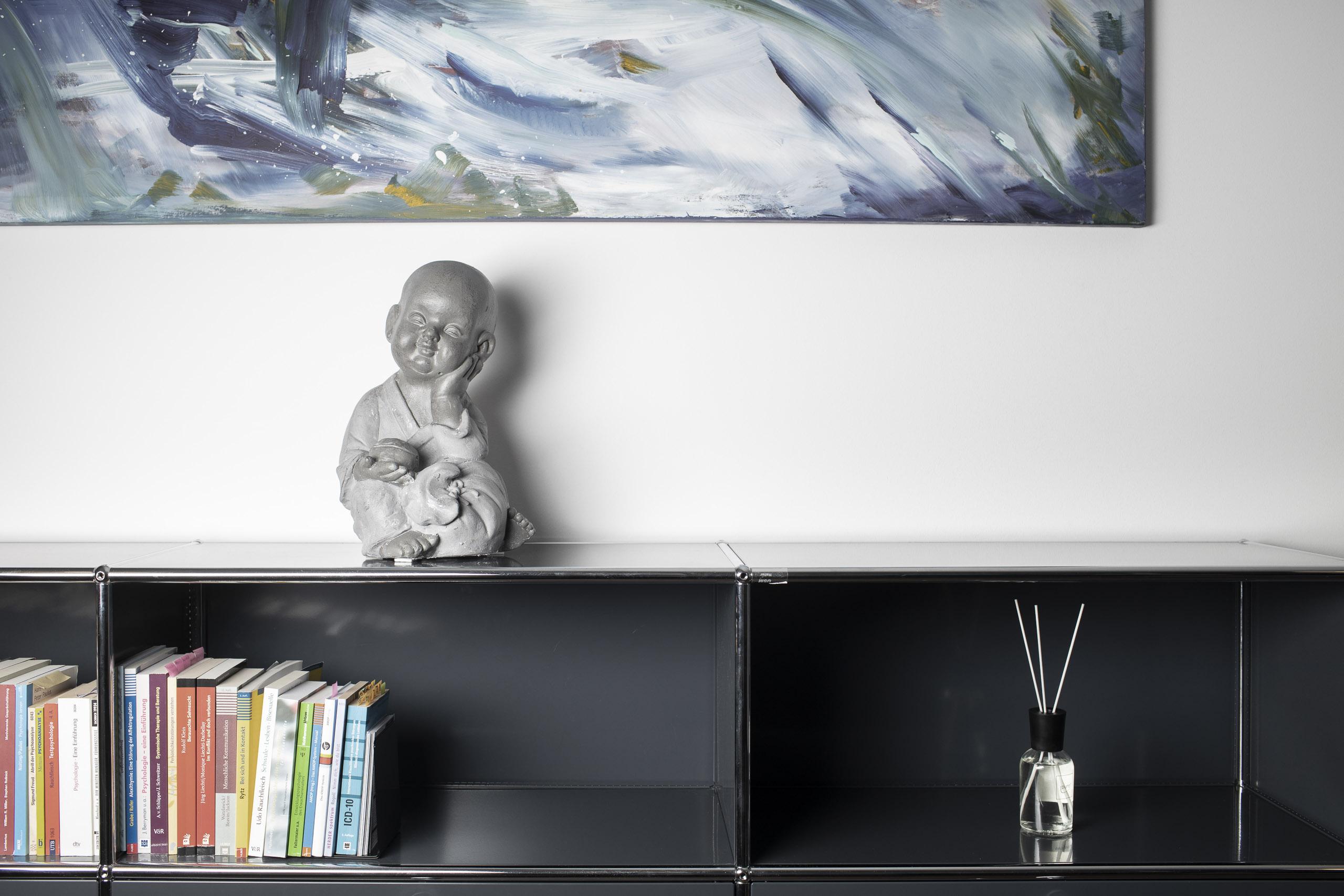 Statue auf einem Bücherregal